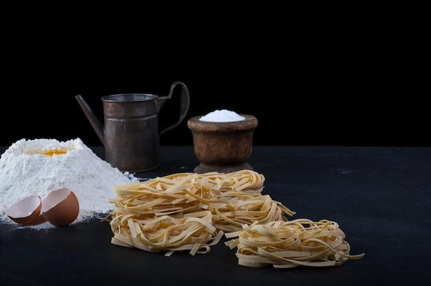 Pasta casera italiana llamada fettuccine