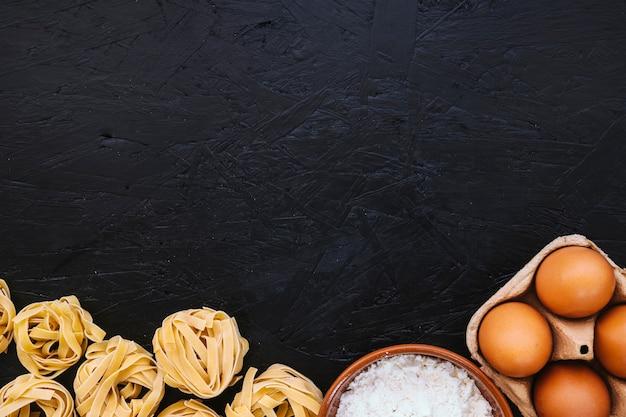 Pasta cerca de harina y huevos