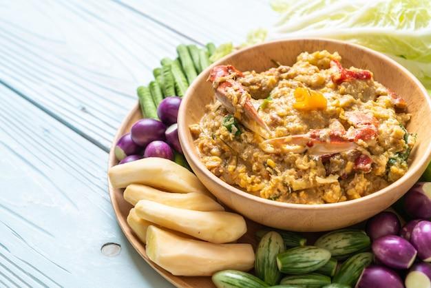 Pasta de chile a fuego lento con cangrejo o cangrejo y salsa de soja con leche de coco y verduras