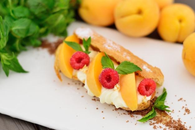 Pasta choux con frambuesas y albaricoques
