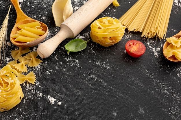 Pasta sin cocer de alto ángulo con rodillo y espacio de copia