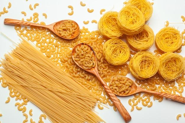 Pasta sin cocer espaguetis macarrones aislados