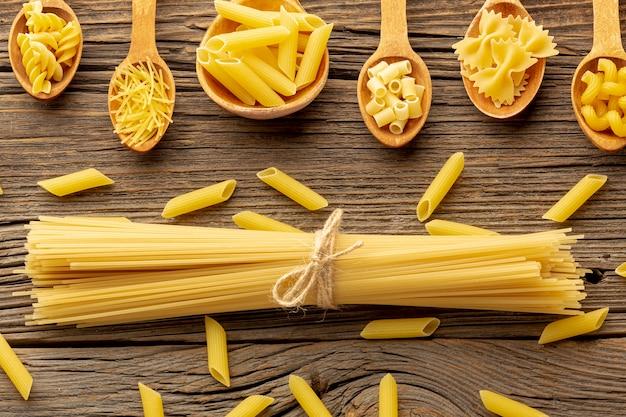 Pasta cruda en cucharas de madera