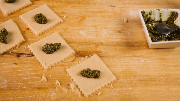 Pasta cruda y relleno