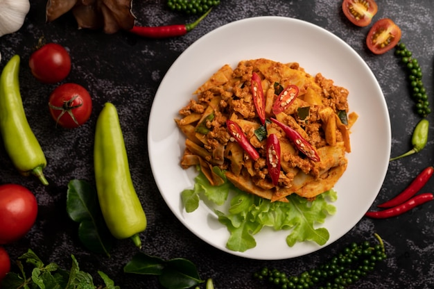 Pasta de curry salteado con brotes de bambú y carne de cerdo picada