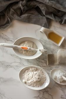 Pasta de dientes casera, elaborada con arcilla blanca.