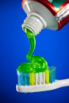 Pasta de dientes exprimida sobre un cepillo de dientes