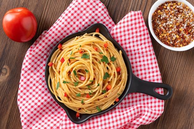 Pasta con diferentes condimentos y especias en una sartén.