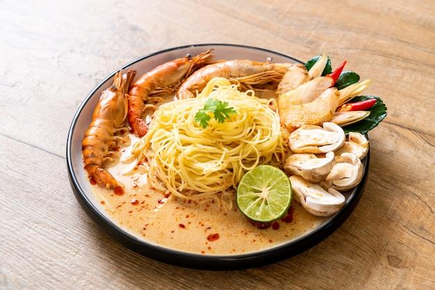 Pasta de espagueti con camarones picantes (tom yum goong)