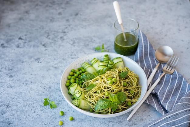 Pasta de espagueti con salsa de pesto y hierbas frescas. copia espacio