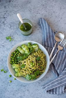 Pasta de espagueti con salsa de pesto y hierbas frescas