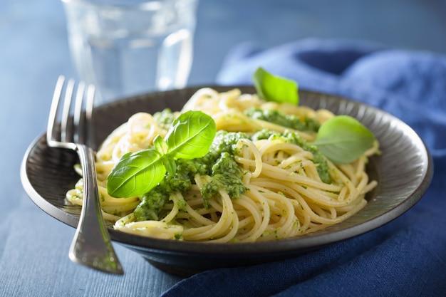 Pasta de espagueti con salsa de pesto sobre azul
