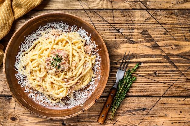 Pasta de espaguetis a la carbonara con panceta, huevo, queso parmesano duro y salsa de crema.