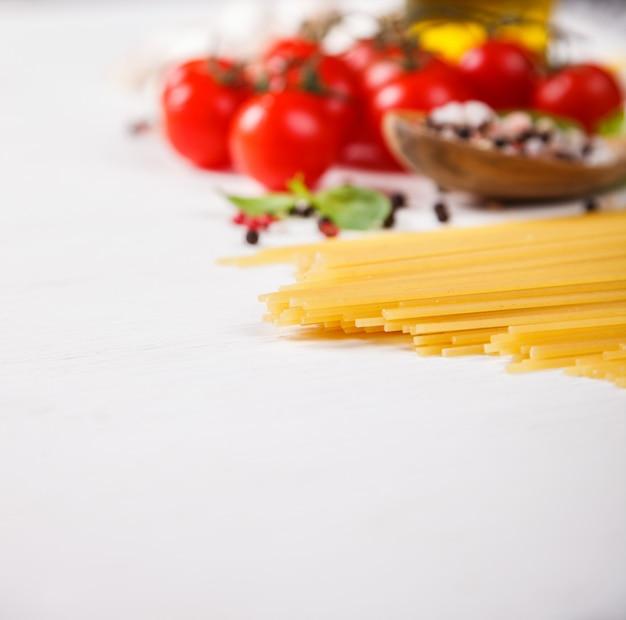 Pasta de espaguetis con ingredientes para cocinar pasta.