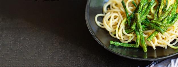 Pasta espaguetis judías verdes espárragos salsa tallarines