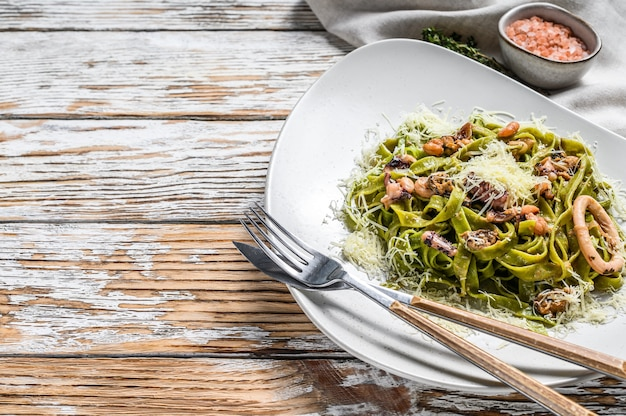 Pasta de espinacas fettuccine verde con mariscos en salsa de crema