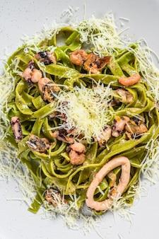 Pasta de espinacas con marisco, fettuccine verde