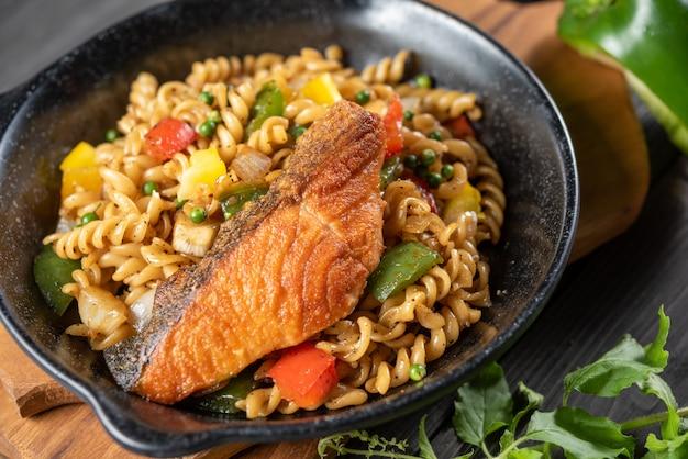 Pasta en espiral con salmón y verduras