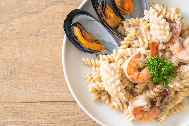 Pasta espiral con salsa de crema de hongos y mariscos. estilo de comida italiana
