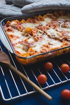 Pasta farfalle al horno con salsa de tomate rico