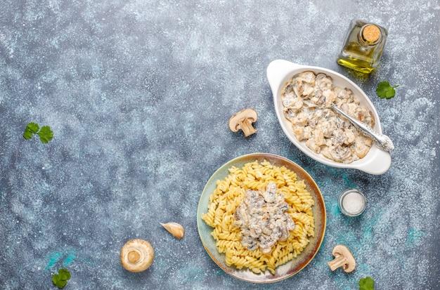 Pasta fusilli con champiñones y pollo, vista superior