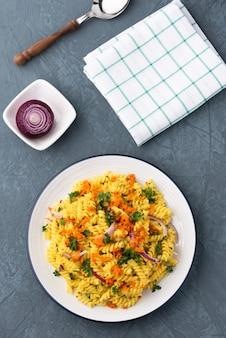 Pasta fusilli con vegetales en salsa de hierbas