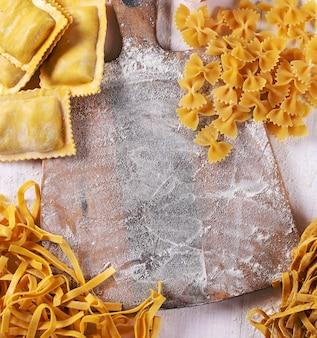 Pasta hecha a mano y tabla de cortar
