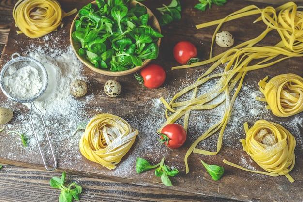 Pasta italiana casera cruda típica fideos linguini