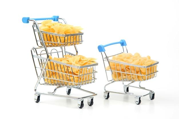 Pasta italiana en una cesta de la compra del mercado sobre un fondo blanco. productos de harina y alimentos en la cocina