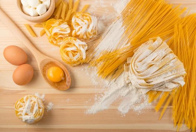 Pasta italiana cruda amarilla pappardelle, fettuccine o tagliatelle
