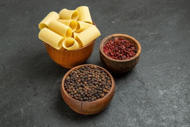 Pasta italiana cruda vista frontal con condimentos