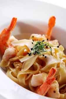 Pasta italiana fresca servida con camarones