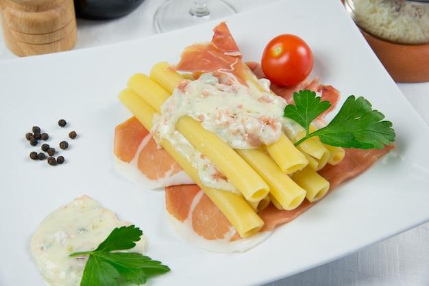 Pasta italiana llamada candele con jamón y queso