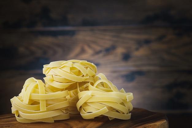 Pasta italiana en mesa de madera con espacio de copia