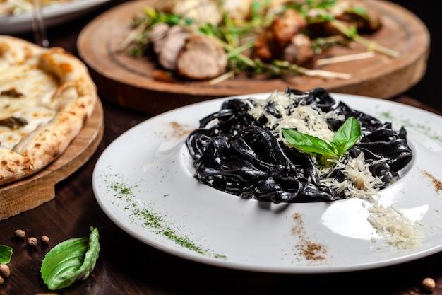 Pasta italiana negra con tinta de sepia.