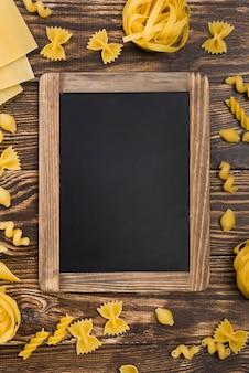 Pasta italiana y pizarra