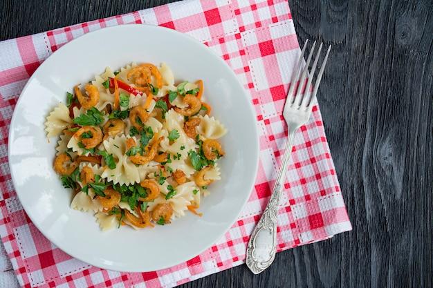 Pasta italiana en salsa con camarones en un plato,