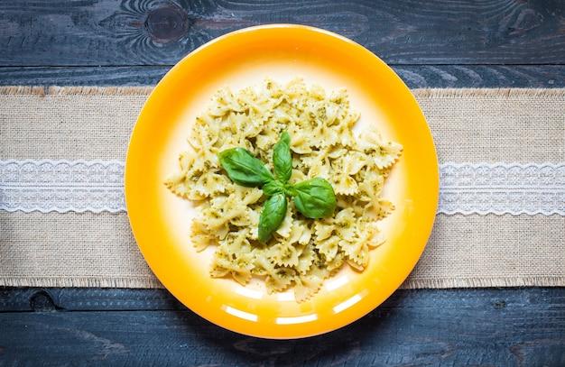 Pasta italiana con salsa de pesto hecha con hojas de albahaca