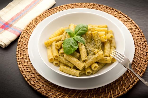 Pasta italiana con salsa de pesto