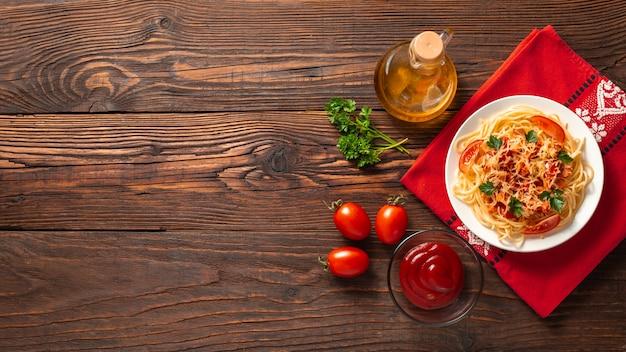 Pasta italiana sobre fondo de madera rústica. endecha plana. vista superior.