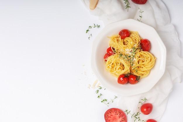 Pasta italiana con tomate cherry frito y tomillo
