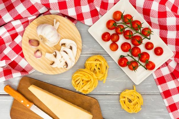 Pasta italiana con tomate y queso.