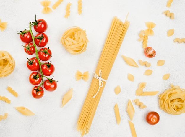 Pasta italiana y tomates