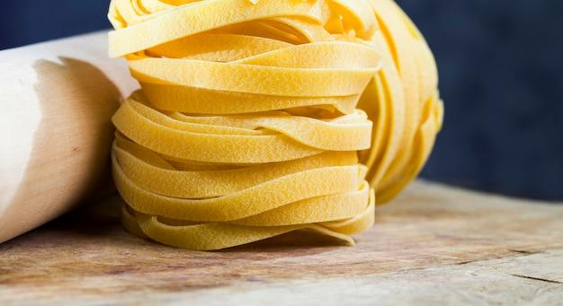 Pasta larga retorcida hecha de trigo