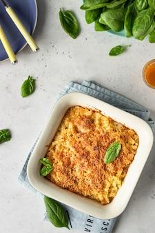 Pasta de macarrones estilo americano con salsa de queso y crujiente relleno de pan rallado.