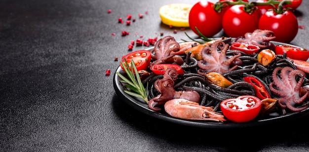 Pasta de mariscos negros con camarones, pulpo y mejillones en negro