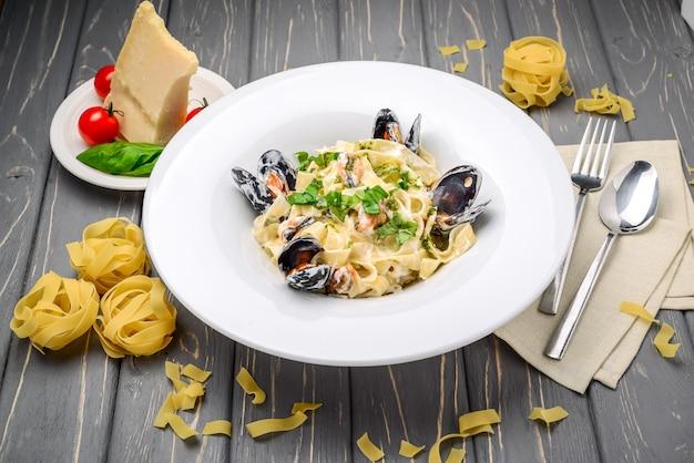 Pasta con mejillones y albahaca, con parmesano