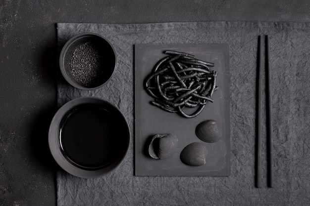 Pasta negra de camarones con vista superior de palillos
