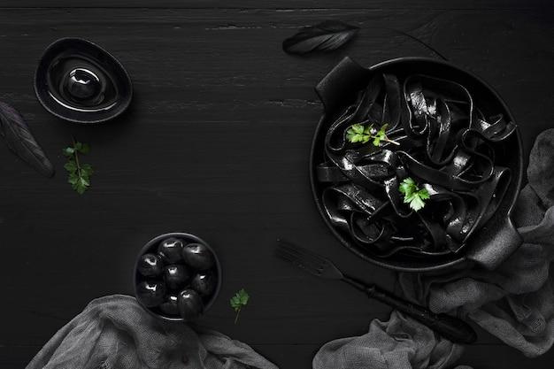 Pasta negra y deliciosas aceitunas