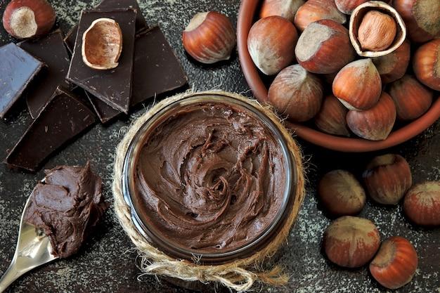 Pasta de nueces de chocolate y avellanas sin pelar.